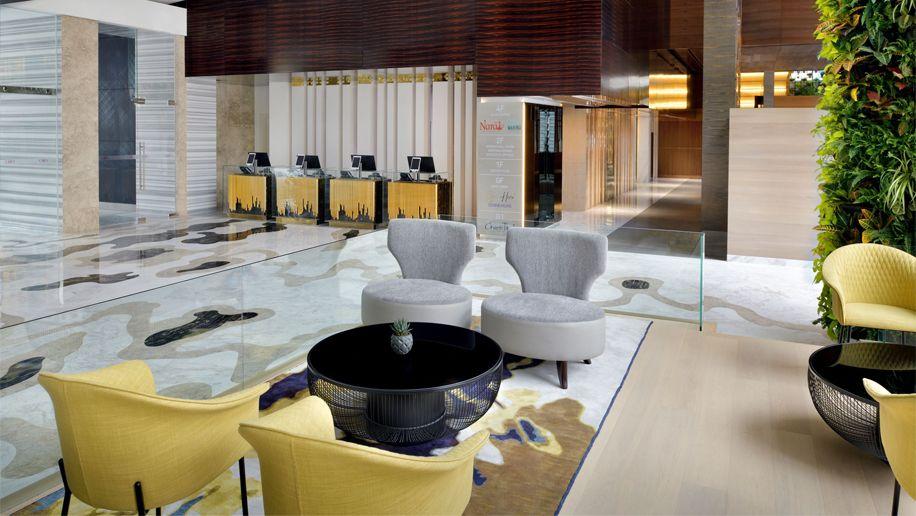 Das 24-stöckige Hotel verfügt über 273 Zimmer, darunter 32 Suiten und 91 Clubzimmer mit Blick auf den Yachthafen.