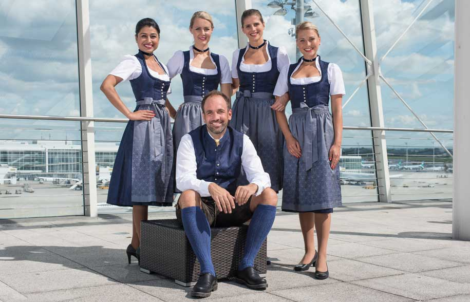 lufthansa Lufthansa угостит пивом по случаю Октоберфеста Lufthansa  traditional costume crew